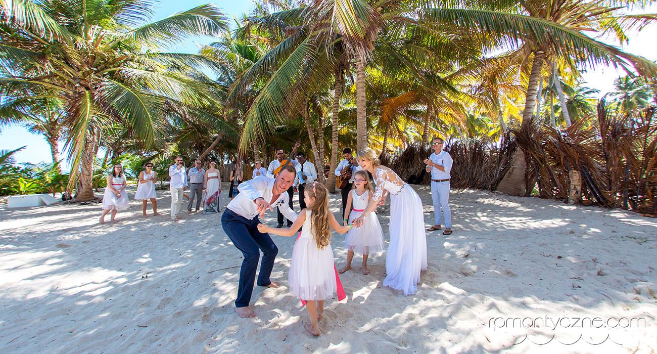 Ślub na plaży w towarzystwie najmłodszych