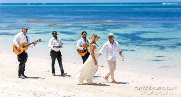 Ślub na plaży, spacer w takt karaibskich dźwięków