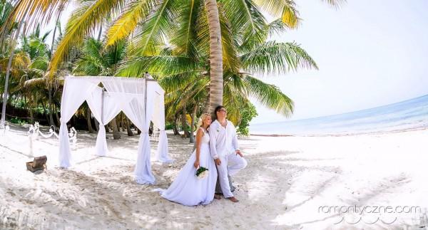 Ceremonia ślubna nad oceanem wśród palm