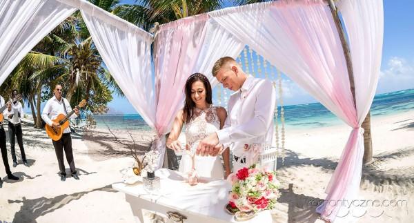 Ceremonia piasku, ślub na rajskiej plaży