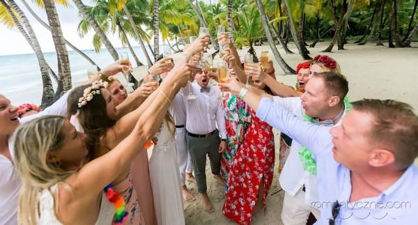 Organizacja ślubów na plaży, wspólny toast