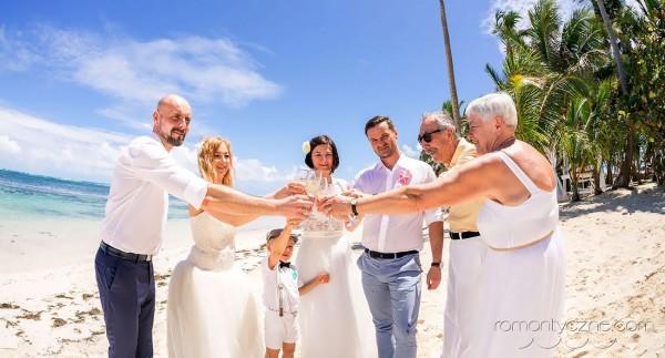 Wesele z rodziną na plaży, toast