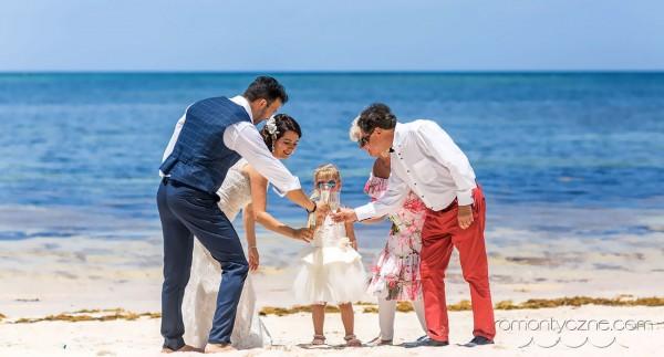 Wesele z rodziną na plaży, wspólny toast