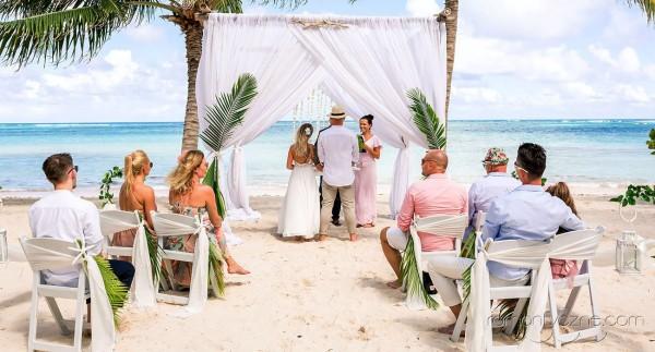 Ślub z rodziną i przyjaciółmi na prywatnej plaży