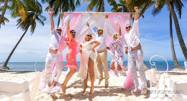 Ślub na plaży ze znajomymi