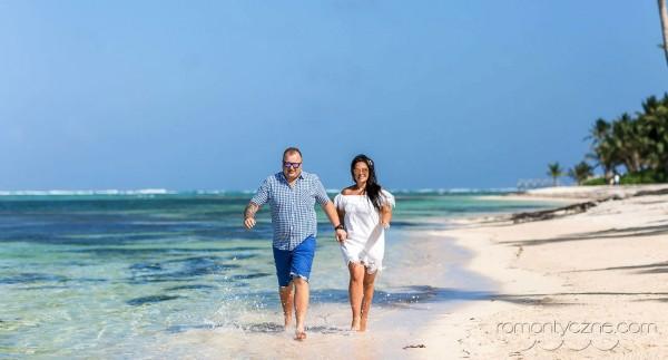 Romantyczny spacer brzegiem morza