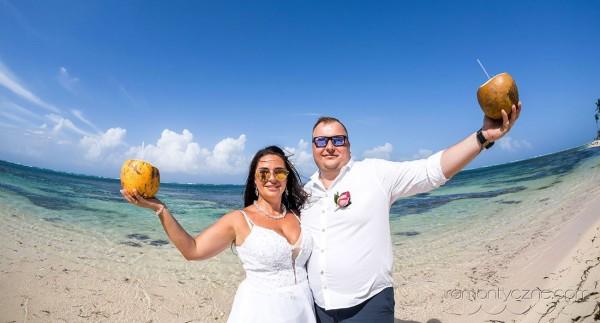 We dwoje na prywatnej plaży
