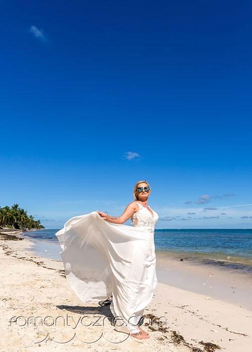 Ślub na prywatnej plaży, spacer brzegiem oceanu