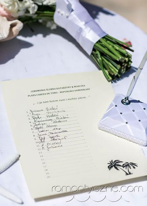 Ceremonia ślubna na plaży, świadkowie