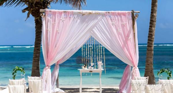 Dekoracje na plaży, słodki róż, gazebo