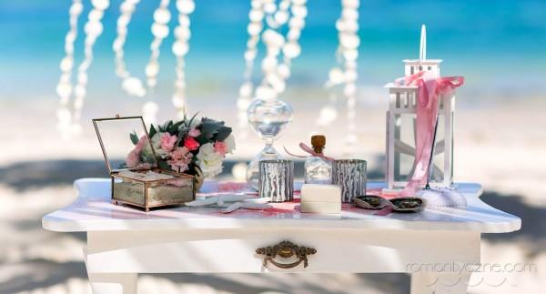 Przygotowania do ślubu na plaży, dodatki