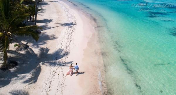Śluby w Dominikanie, ujęcie z drona, spacer brzegiem oceanu