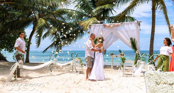 Śluby w tropikach, na piaszczystej plaży