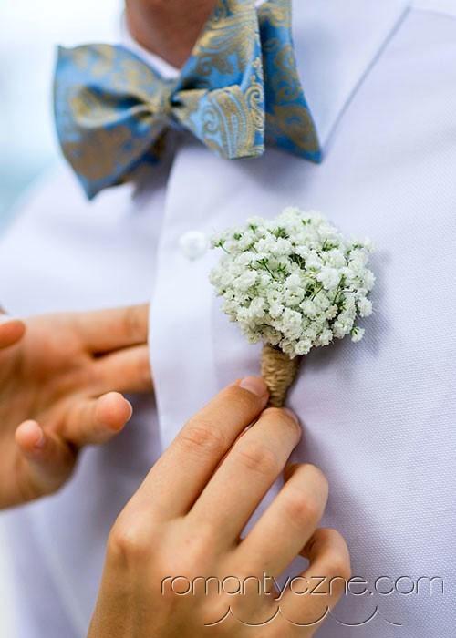 Dodatki kwiatowe dla panów, ślub na plaży